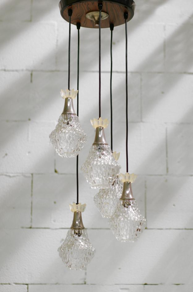 Deze Retro Vintage Hanglamp heeft 5 glazen bollen met een metalen ...