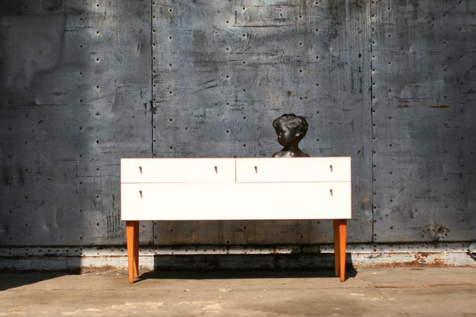 Mooi slank dressoir (tje) met houten poten en frame en gebroken witte ...