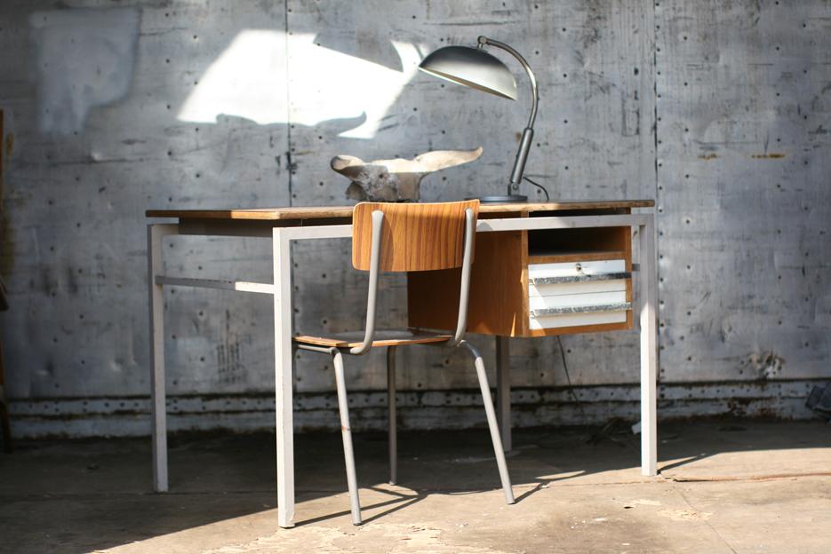 Industrieel vintage bureau uit de jaren van staal en hout