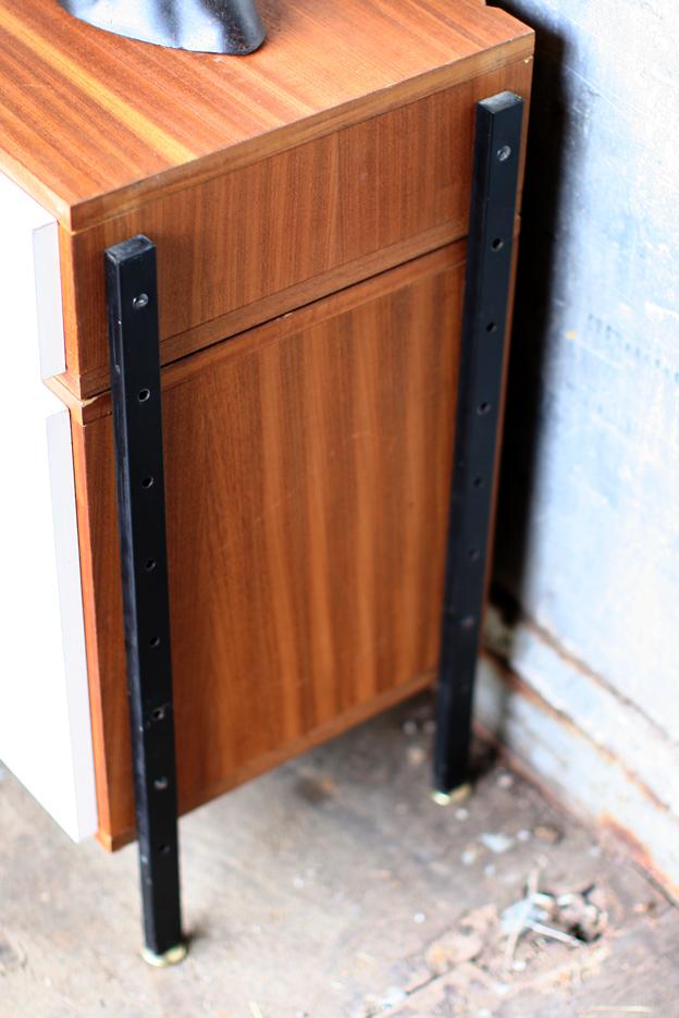 Bijzonder Retro Vintage Dressoir Op Metalen Poten Jaren 60