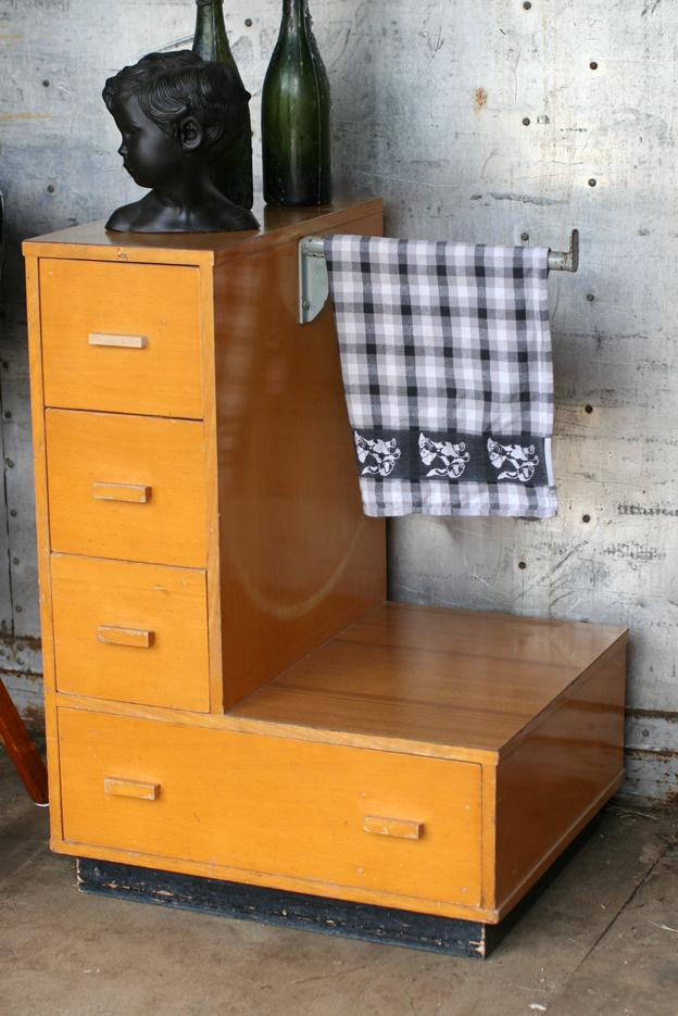Vintage Keukenkast : Retro Vintage schoolkast spellenkast maar nu keukenkast