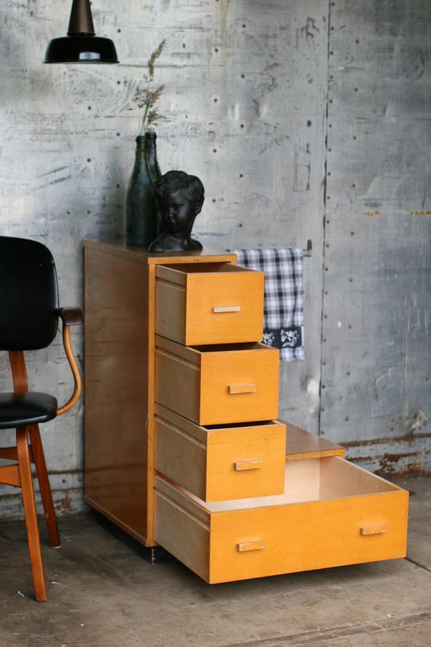 Keukenkast Industrieel : Retro Vintage schoolkast spellenkast maar nu keukenkast