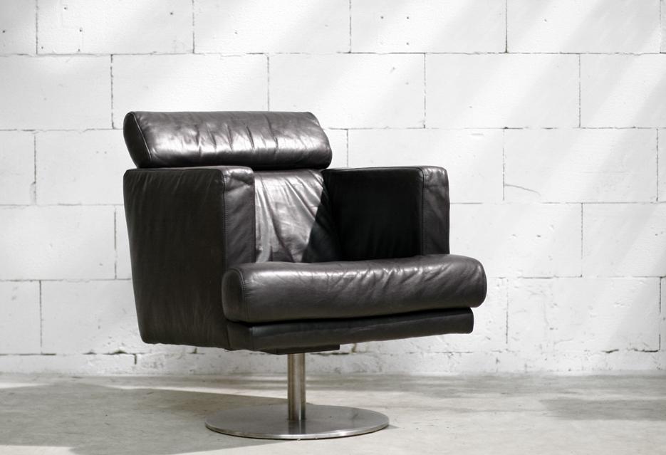Strakke zwart leren draai fauteuil op ronde metalen voet