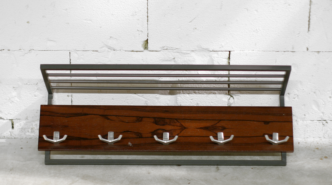 ... met palissander plank, metalen frame en haken uit de jaren 60