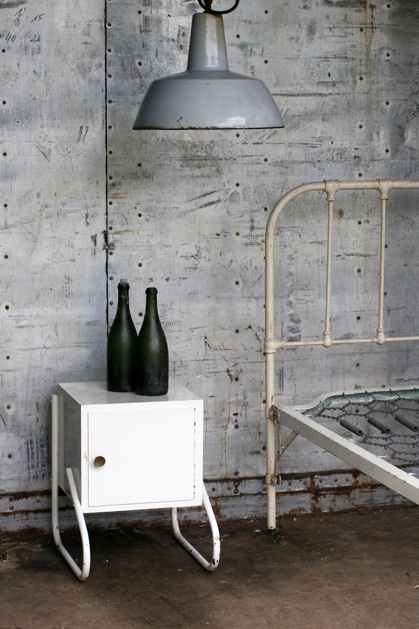 Industrieel vintage nachtkastje jaren 50 metalen frame dehuiszwaluw - Metalen nachtkastje ...