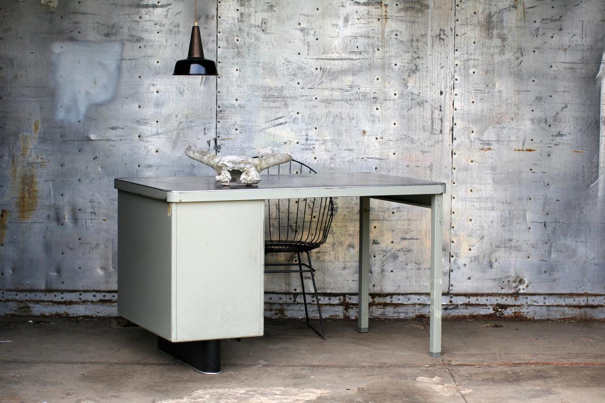 Industrieel vintage metaal en linoleum jaren 50 bureau for Het ladeblok