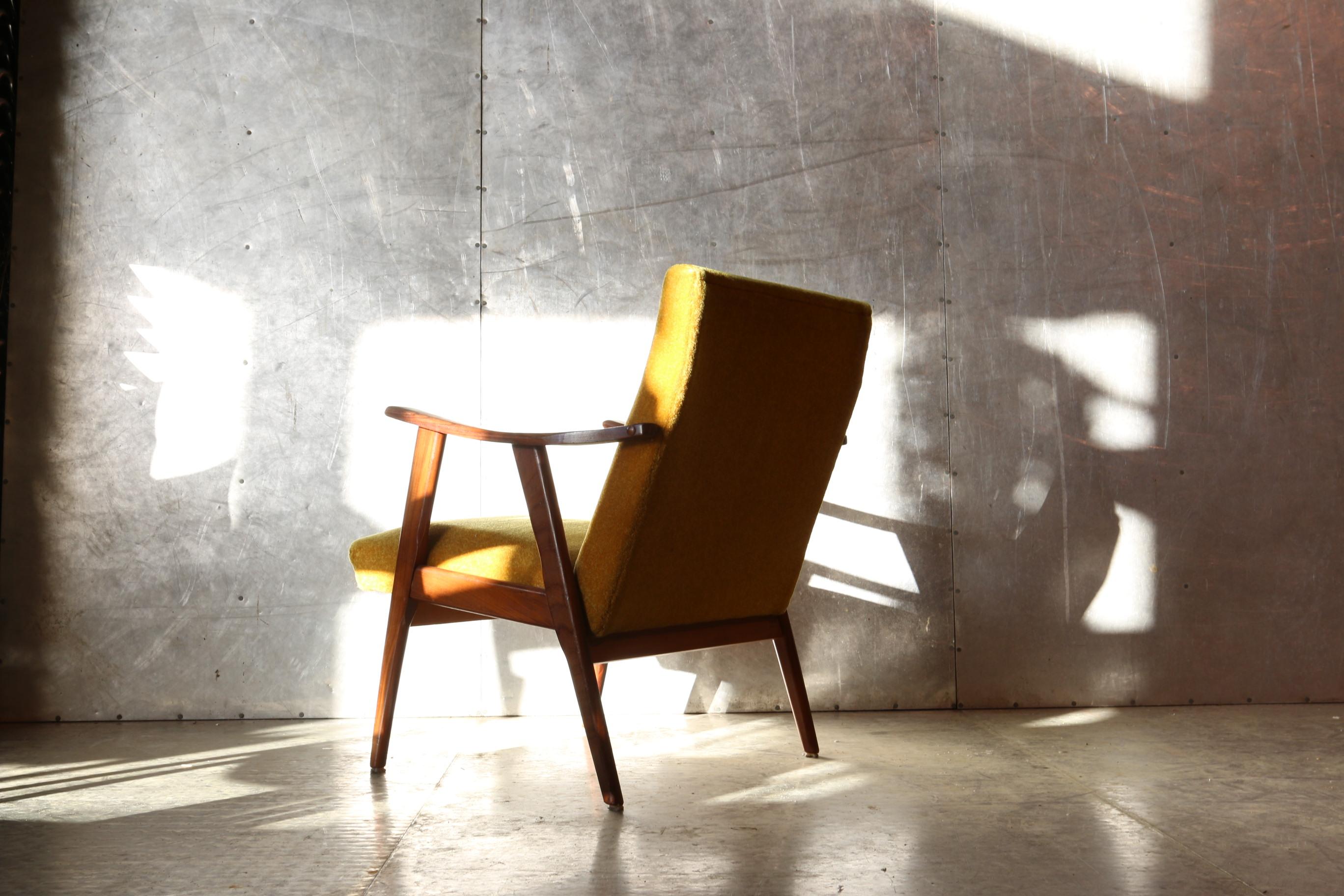 Vintage design teakhout en gele stof deens fauteuil jaren for Jaren 60 meubelen