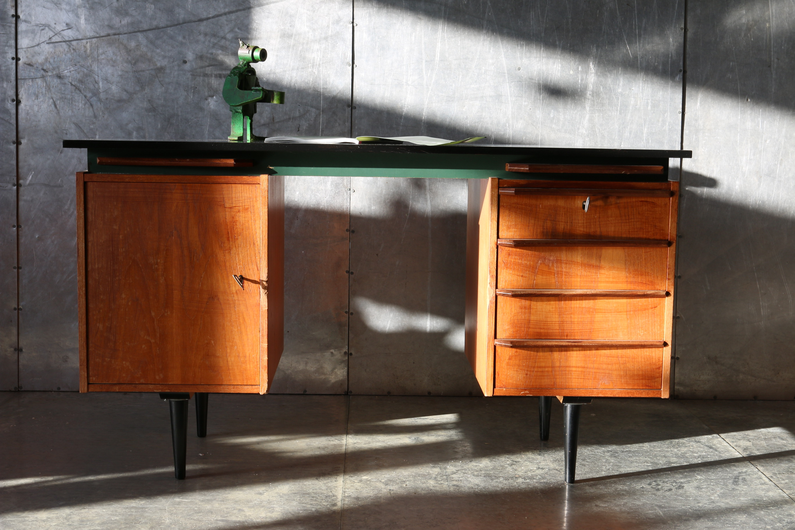 retro vintage bureau jaren 60 zwart teak groen dehuiszwaluw. Black Bedroom Furniture Sets. Home Design Ideas