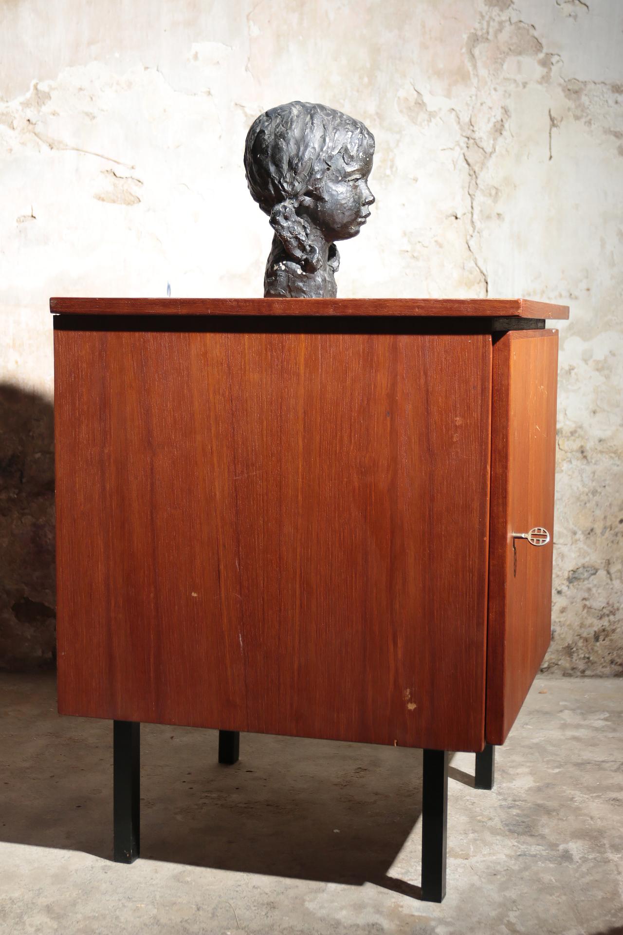 Vintage design teakhouten kast op zwart metalen pootjes for Teakhouten kast